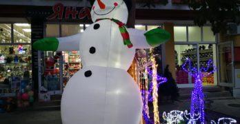 Снежен човек се появи в центъра на Свиленград