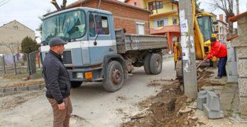 Кметът Анастас Карчев лично инспектира как върви реконструкцията на улиците в Свиленград