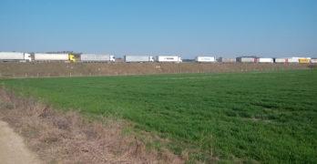 БЧК раздаде храна и вода на тираджиите от километричната опашка край Свиленград