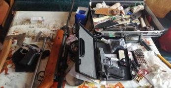 Цял боен арсенал разкриха полицаи, двама са арестувани
