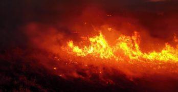 Пожарът до Лесово е преминал река Тунджа и върви към Присадец