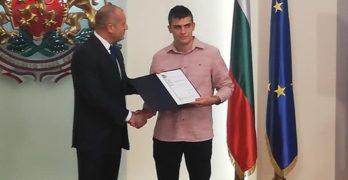 """Президентът Радев връчи на Кристиян Малинин сертификат """"Джон Атанасов – ученици и техните преподаватели"""""""