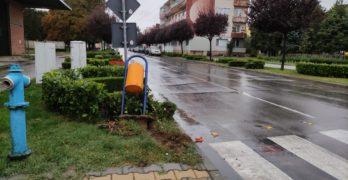 """""""Фолксваген"""" се качи на тротоар в центъра на Свиленград и изкърти кошче"""