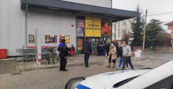 """В Свиленград: Полицаи следят за реда в BILLA, """"Гален"""" празен, дълга опашка пред """"Еконт"""""""