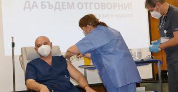 Министър Ангелов и генерал Мутафчийски сред първите в страната ваксинирани срещу коронавирус