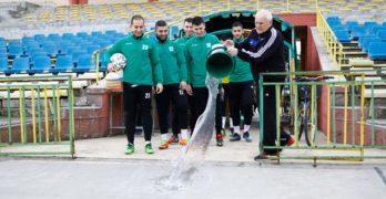 """Емблематичният Мавроди Попов лисна вода пред """"южняците"""" преди да стъпят на терена за първа тренировка"""