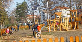 """Новият парк """"Сухата река"""" в Свиленград не е завършен, но вече е предпочитано място за младите семейства"""