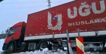 """Тежък камион закъса на АМ """"Марица"""" до Свиленград, 25 села в Хасковско без ток"""
