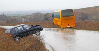 Училищен автобус и лека кола се удариха на опасен завой /снимки/