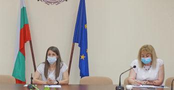 """От утре започва ваксинацията на учителите от област Хасково. Първи ще се ваксинира директорът на ЕГ """"Проф. д-р Асен Златаров"""" Деян Янев"""