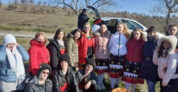 """По традиция ученици от СУ """"Д-р Петър Берон"""" – Свиленград, отбелязаха празника, зарязвайки лозите и наричайки за здраве и берекет"""