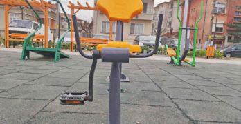 """Докога? Счупиха и спортен уред от фитнес площадката в новия свиленградски парк """"Сухата река"""""""