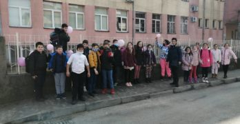 Ученици накичиха училищната ограда с розови балони