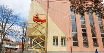 """Още една гигантска белошипа ветрушка """"каца"""" в Свиленград, този път на фасадата на Първо основно училище """"Иван Вазов"""""""