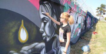 """Рисуват графити на тема """"Пробуждане"""" върху оградните панели на ромската махала в Свиленград"""