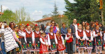 """Свиленград  празнува Цветница  пред храм """"Живоприемний източник""""/обновена с видео на Асен Найденов/"""