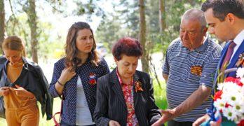 """Руският клуб """"Съотечественик"""" – Свиленград поднесе цветя пред паметника на летеца Иван Галяшкин"""