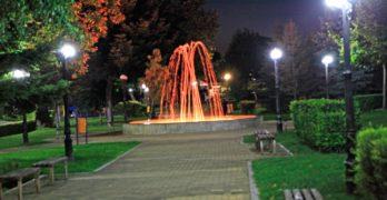"""Фонтанът в свиленградския парк """"Сухата река"""" вече е многоцветен, превръща се в предпочитано място за младите /видео/"""